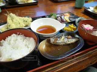 テーブルの上に食べ物のボウル - No.938853