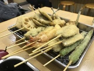 テーブルの上に食べ物のパンの写真・画像素材[1048746]