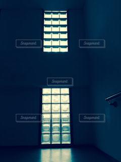 暗い部屋でウィンドウの写真・画像素材[738545]
