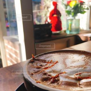テーブルの上のパンの上に座ってピザの写真・画像素材[910720]