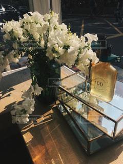 テーブルの上の花の花瓶の写真・画像素材[1197193]