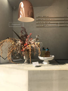 テーブルの上の花の花瓶の写真・画像素材[1197194]