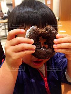 ドーナツの穴からこんにちはの写真・画像素材[268160]