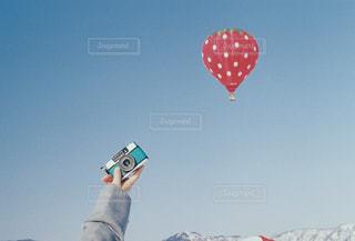 空中で凧を飛ばしている男の写真・画像素材[2097541]