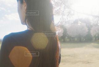 窓の前に立っている女性の写真・画像素材[2097548]
