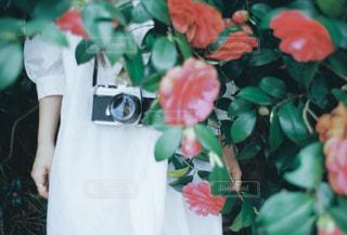 花を抱えている人の写真・画像素材[2123449]