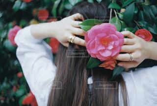 花を抱えている人の写真・画像素材[2123452]