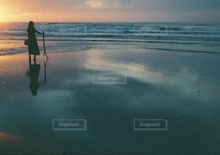 水の体に沈む夕日の写真・画像素材[2123684]