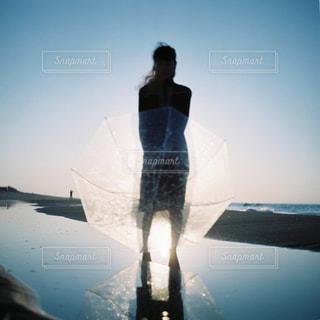 水の中に立っている男の写真・画像素材[2123690]