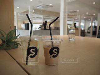 テーブルの上のコーヒー カップ - No.1018726
