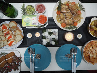 テーブルの上の皿の上に食べ物の束の写真・画像素材[1018731]