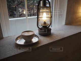 テーブルの上に座って花瓶 - No.1018733