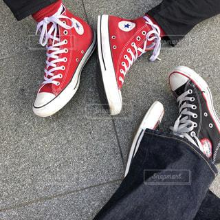 青と赤の靴を履いて足のペア - No.1018735