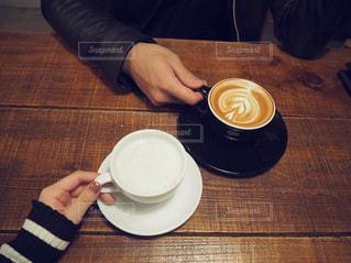 一杯のコーヒーをテーブルに着席した人 - No.1018736