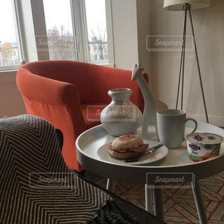 近くに居間で赤い椅子のアップの写真・画像素材[1638657]