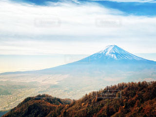 背景にある大きな山の眺めの写真・画像素材[2775753]