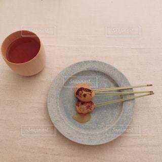 テーブルの上のコーヒー カップの写真・画像素材[895576]
