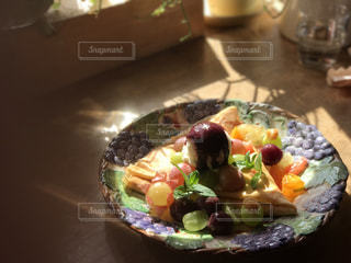 テーブルの上に食べ物のプレートの写真・画像素材[895577]