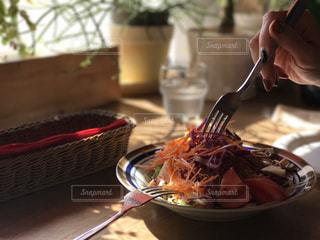 ナイフとフォークの食事のプレートの写真・画像素材[895579]