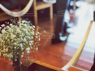 木製のテーブルの上に座って花の花瓶の写真・画像素材[950085]