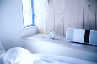 寝室ベッドと鏡の写真・画像素材[1026994]
