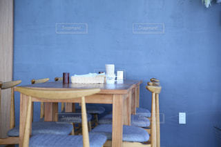 表の青い椅子をトッピングの写真・画像素材[1026997]