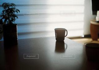 テーブルの上のマグカップの写真・画像素材[1212976]