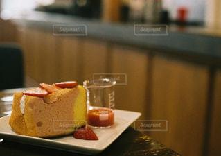 テーブルの上のケーキのスライスを皿の料理の写真・画像素材[1212981]
