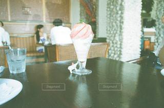 テーブルの上の花の花瓶の写真・画像素材[1325152]