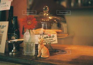 テーブルに座っているアイテムのボトルの写真・画像素材[1710356]