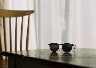 木製テーブルの上に座っている花瓶の写真・画像素材[1710361]