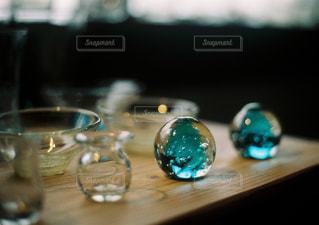 木製テーブルの上に座っているグラスワインの写真・画像素材[1710362]
