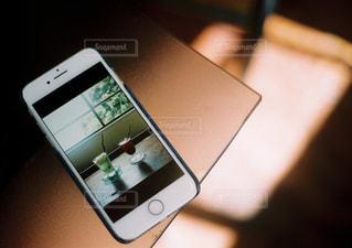 テーブルの上に座っているラップトップ コンピューターの写真・画像素材[1710364]
