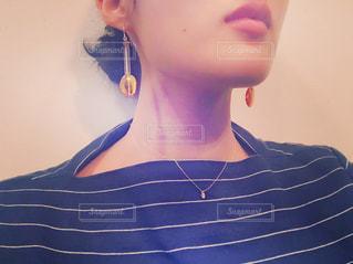近くの青いシャツの女の写真・画像素材[848061]