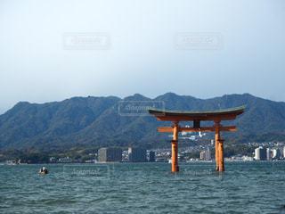 背景の山と水の大きな体の写真・画像素材[891733]