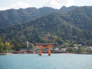 背景の山と水の大きな体の写真・画像素材[891734]