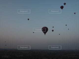 空中に凧の飛行の人々 のグループの写真・画像素材[971143]
