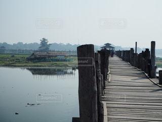 水の体以上の長い橋の写真・画像素材[971145]
