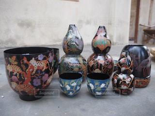建物の側面に描かれた花と花瓶の写真・画像素材[971158]