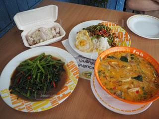 テーブルの上に食べ物のプレートの写真・画像素材[1023630]