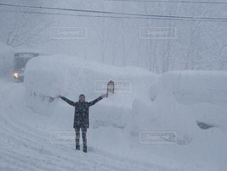雪の覆われた斜面の上を歩く男の写真・画像素材[1025108]