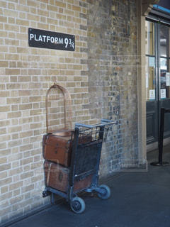 バック グラウンドで駅クロスのれんが造りの建物とロンドン王のクローズ アップの写真・画像素材[1306378]