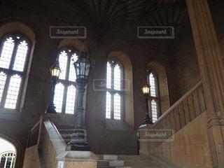 建物の側面にマウントされた大時計の写真・画像素材[1315477]