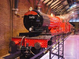 赤と黒の鉄道エンジンの写真・画像素材[1318056]
