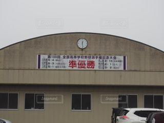 建物の側に時計の写真・画像素材[1415018]