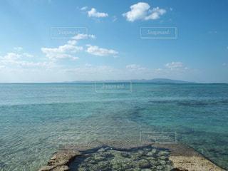 水の体の横にある岩のビーチの写真・画像素材[1688782]
