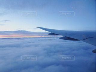 曇りの青い空を飛んでいるジェット戦闘機の写真・画像素材[752331]