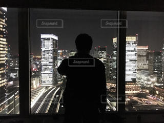 男性,1人,建物,夜景,ビル,東京,窓,シルエット,都会,背中,高層ビル,オフィス街,2016