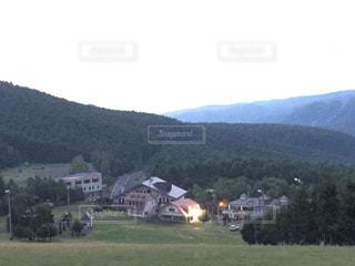 背景の山に大規模なグリーン フィールドの写真・画像素材[1442308]