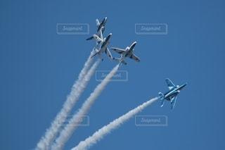 青空を飛ぶ戦闘機の写真・画像素材[2504203]